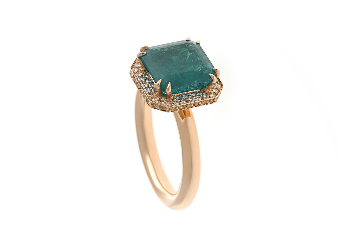 Sortija con una esmeralda talla esmeralda y diamantes
